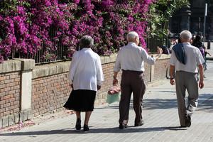 Uns pensionistes caminen pel passeig de Sant Joan de Barcelona.