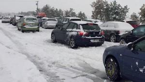 Vehículos retenidos por la nieve en la AP6.