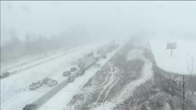 Espectacular accident múltiple a Iowa (EUA) amb 70 cotxes implicats pel gel a lasfalt
