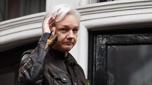 Assange, tras dirigirse a los medios desde un balcón de la embajada de Ecuador en Londres, el 19 de mayo del 2017.