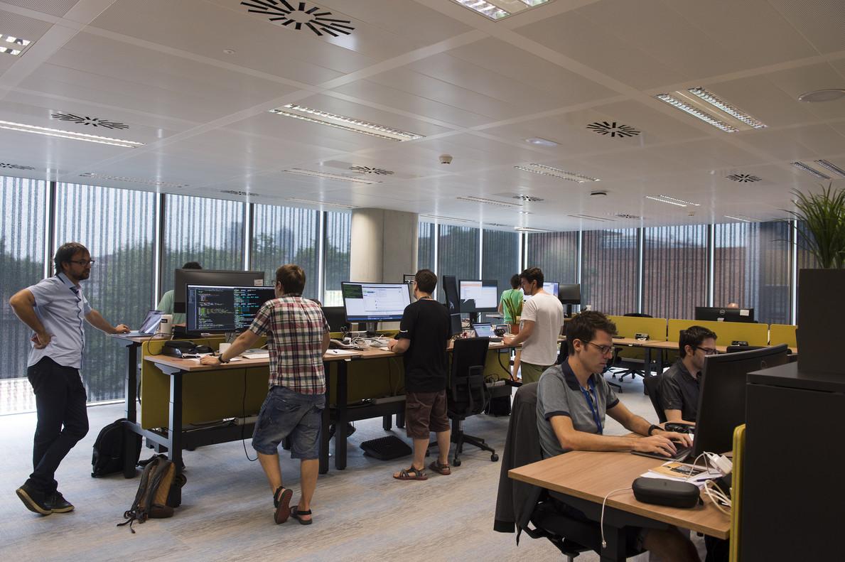 El responsable de Machine Learning en Barcelona, Hugo Zaragoza, izquierda, en las instalaciones de Amazon en la ciudad.