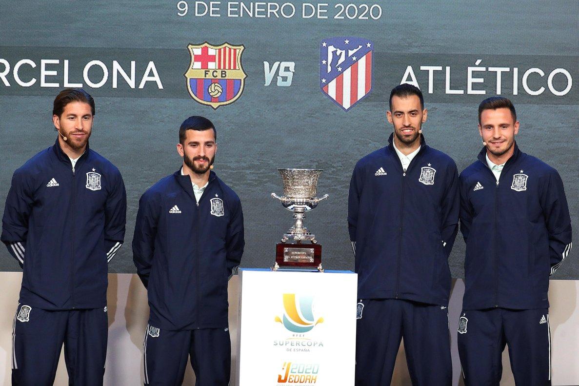 El madridista Sergio Ramos (i) junto al valencianista Gayà, el jugador del Barça Busquets y el atlético Saúl en el sorteo de este lunes.