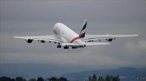 Un a380 de la compañía Emirates en el aeropuerto de Manchester.