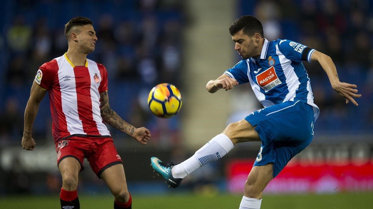 Aaron Martín despeja un balón ante Maffeo.