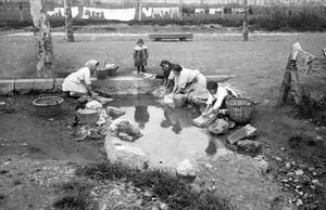 Un tramo del Rec Comtal, en la zona de la plaza de las Glòries, era utilizado como lavadero público en 1917.