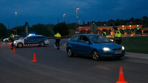 Control de alcohol y drogas de los Mossos dEsquadra en la salida de la AP-7 de Cardedeu y La Roca, en la madrugada de este domingo 21 de abril.