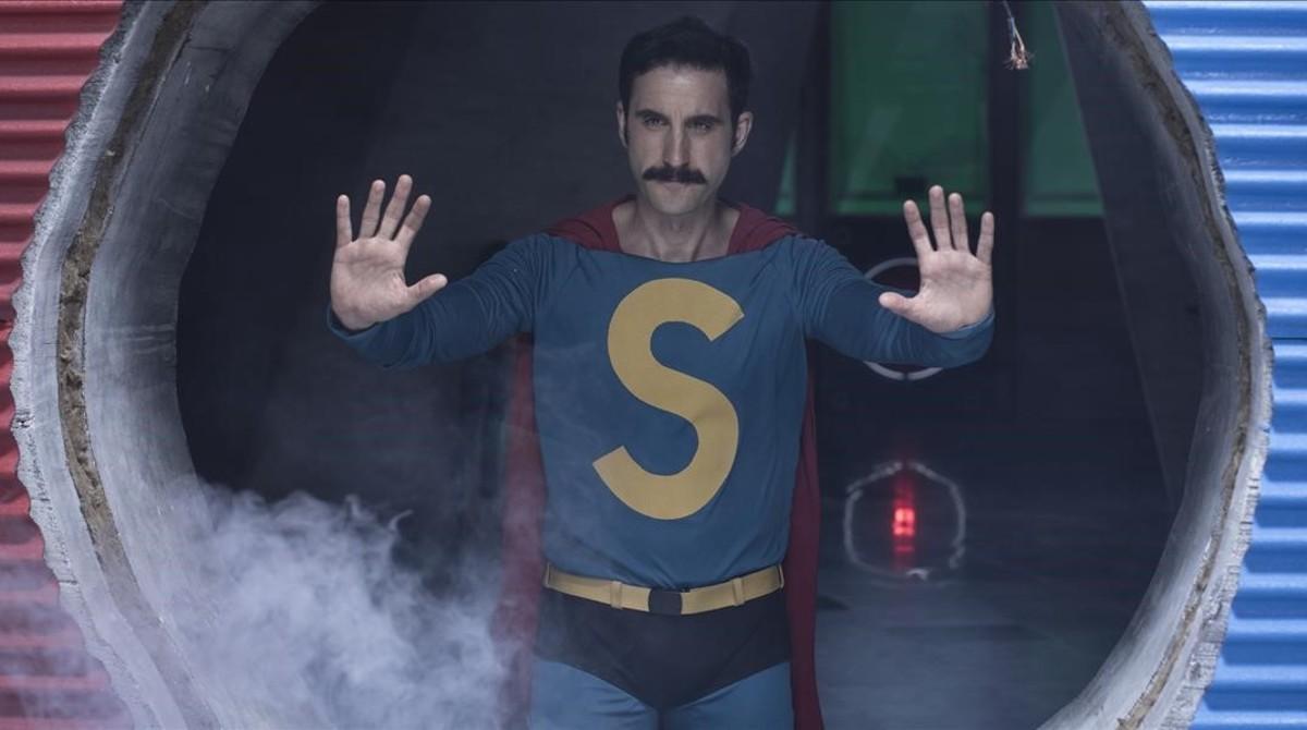 El actor Dani Rovira, caracterizado como Superlópez.