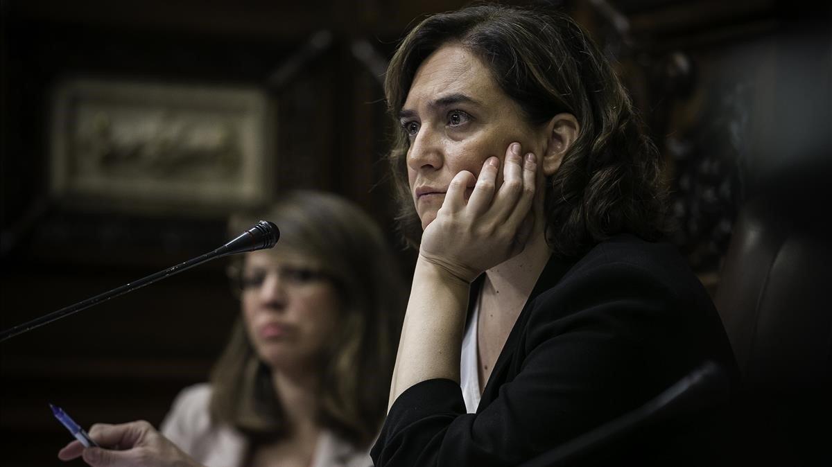 Ada Colau, durante un pleno en el Ayuntamiento de Barcelona.