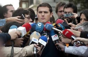 Albert Rivera atiende a los medios de comunicación a su llegada a Santander.