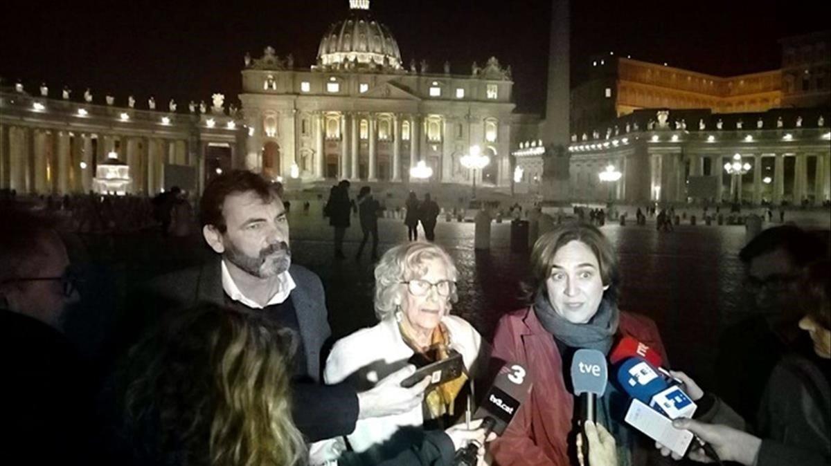 La alcaldesa de Barcelona, Ada Colau, se dirige a los medios tras la reunión con el Papa Francisco.
