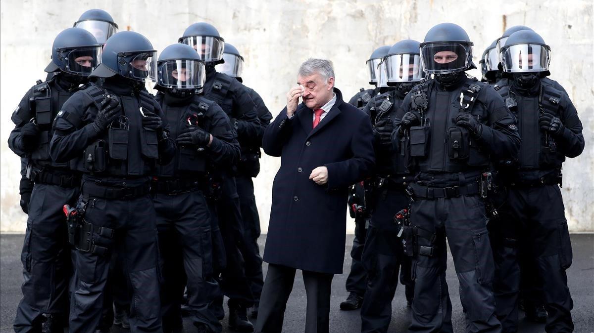 El ministrodel Interior del estado deRenania del Norte-Westfalia, Herbert Reul,rodeado de agentes de policía en una fotografía del febrero del 2019.