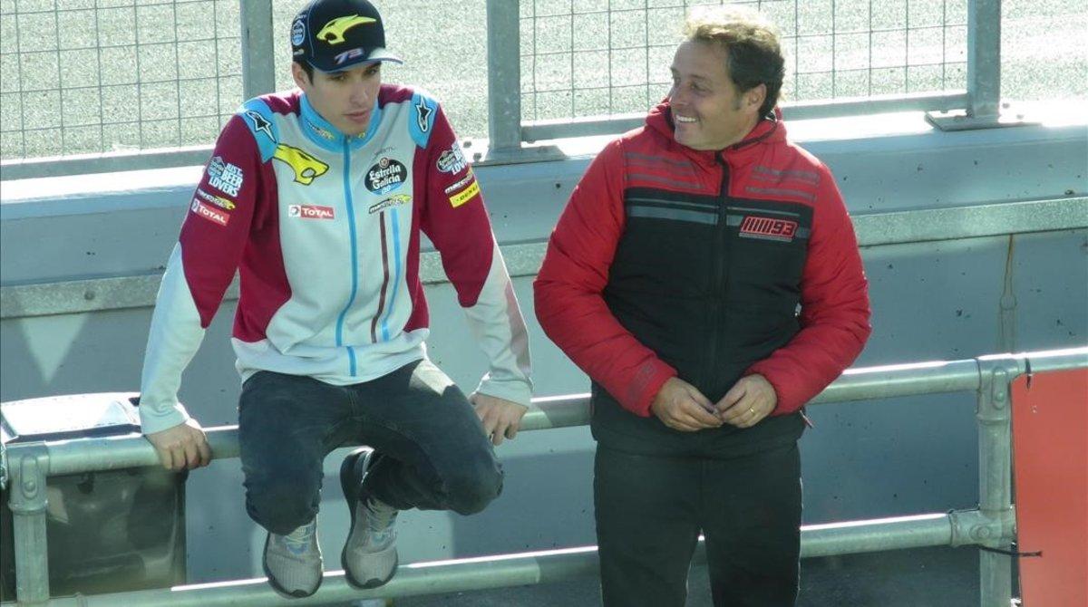 Àlex Márquez conversa con su manager, Emilio Alzamora, el domingo por la tarde en el 'pit lane' de Phillip Island.