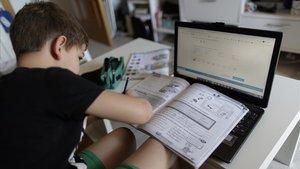 Un alumno de primaria sigue una clase a distancia durante el estado de alarma por Covid
