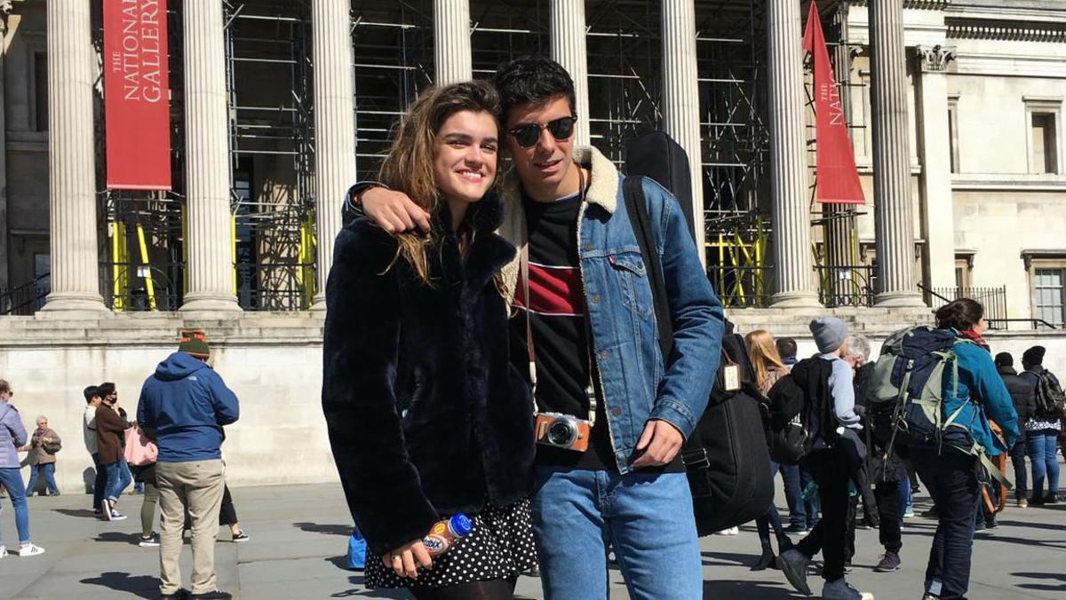 Amaia y Alfred posan ante la National Gallery de Londres.
