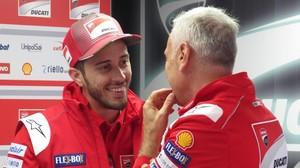 Andrea Dovizioso dialoga con Dabi Tardozzi, uno de los jefes de Ducati, en el circuito de Le Mans.