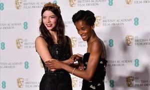 Anya Taylor Joy (izquierda) y Letitia Wright.