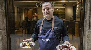 Armando Álvarez, chef del Capet, con dos de sus platos estrella.