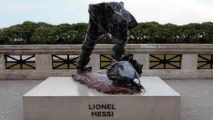 Así ha aparecido la estatua de Leo Messi en buenos aires después de ser mutilada.