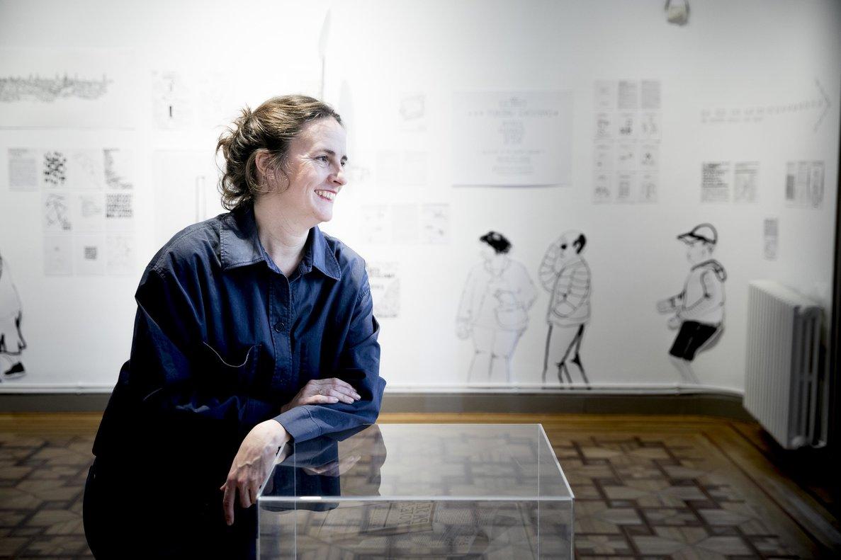 La autora, Clara Nubiola, ante sus obras en la Casa Elizalde.