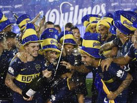 La plantilla del Boca Juniors celebra la Superliga argentina.