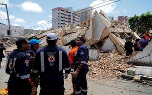 Labores de rescate en un edificio derrumbado en Brasil.