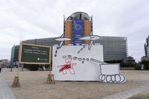 Dibujo a gran escala de una niña siria instalado delante de la Comisión Europea en Bruselas.