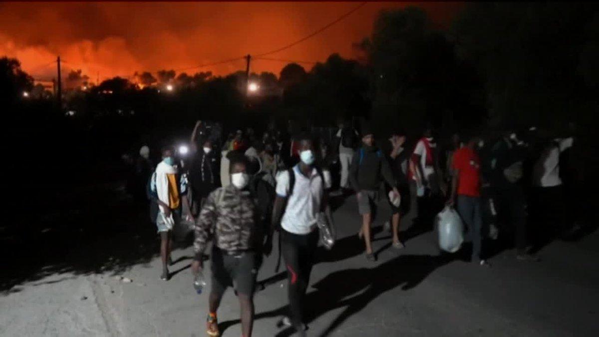 Incendio en el campo de refugiados de Moria en la isla de Lesbos tras los enfrentamientos esta madrugada entre migrantes.