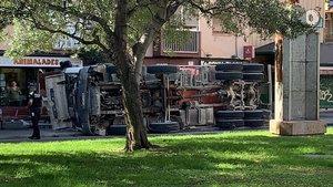 Un camión volcado en L'Hospitalet de Llobregat.