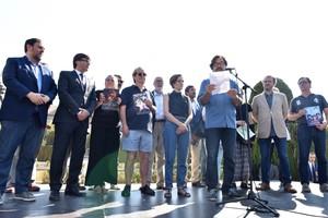 El actor Abel Folk,leyendo el manifiesto sobre el canon digital catalán,ante el Parlament, con la presencia de los miembros del Govern.