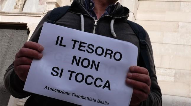 Cartel con la inscripción 'El tesoro no se toca', sostenido por un manifestante, en Nápoles, el 5 de marzo.