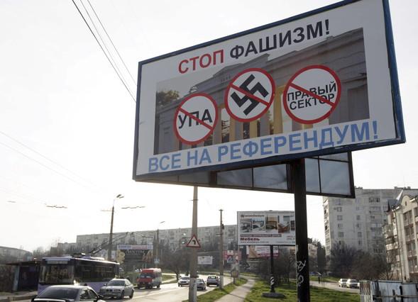 Un cartell en què es llegeix Stop feixisme crida els habitants de Crimea a participar en el referèndum del 16 de març, a Sebastopol.