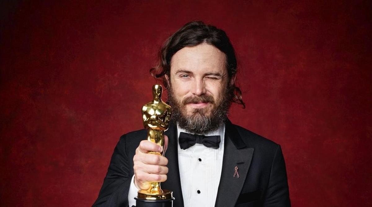 Cassey Affleck posa con el Oscar al mejor actor por su papel en 'Manchester frente al mar'.