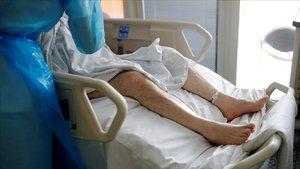 Un enfermo de coronavirus, en el hospital.