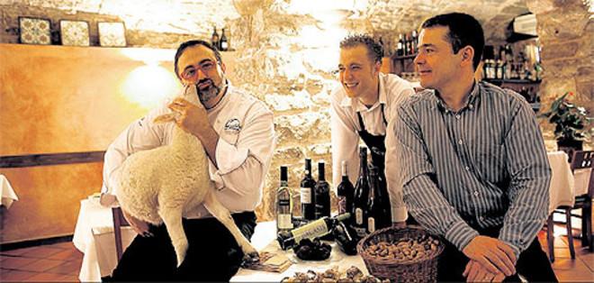El chef Eduard Azuaza, el camarero José Correro y Jaume Castany