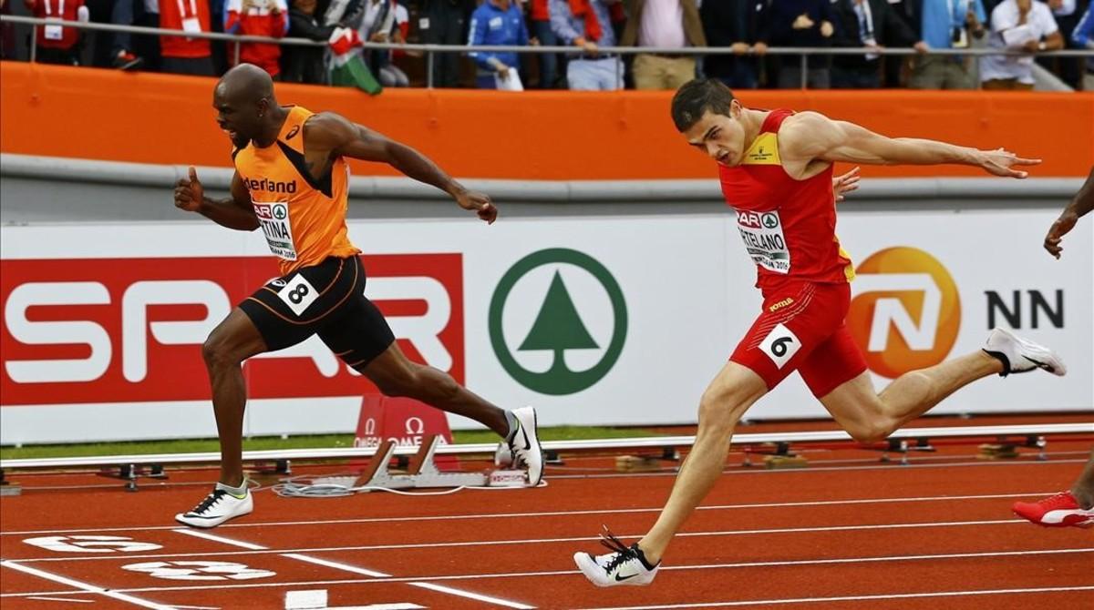 Churandy Martina cruza la meta por delante de Bruno Hortelano en la final de 200 metros.