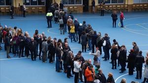 Colas para votar en el colegio de La Salle de Gràcia.