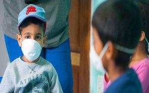Niños con mascarillas por el coronavirus.