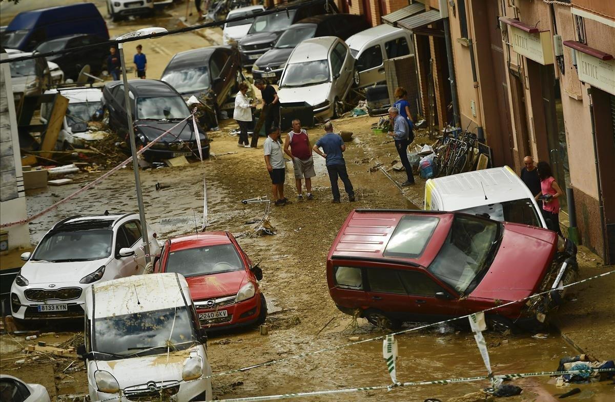 Destrozos en una calle de Tafallatras el paso defuertes lluvias en Navarra.