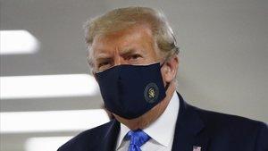 Donald Trumo, con mascarilla, en elhospital militar Walter Reed, en las afueras de Washington.