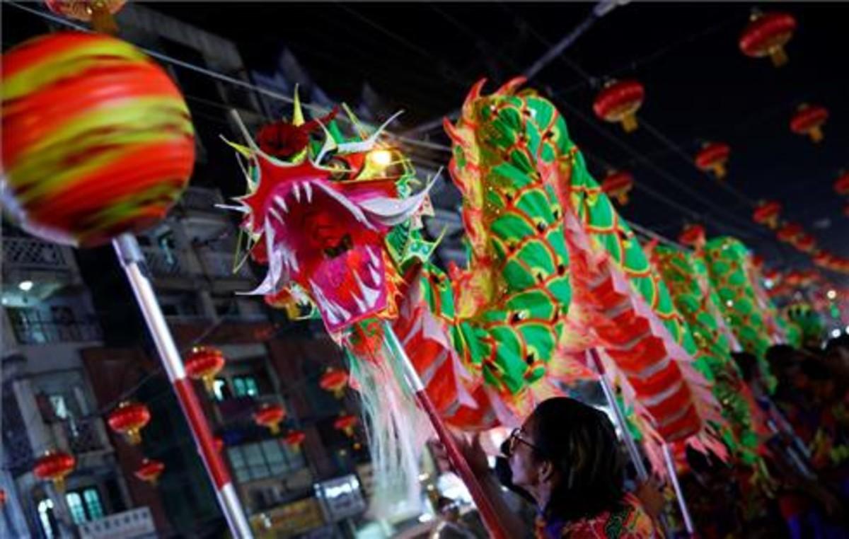 Undragóndesfila porlas calles del barrio chino de Ragúndurante las celebraciones de Año Nuevo