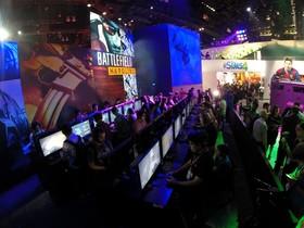 Els assistents a la fira E3 de videojocs proven les últimes novetats