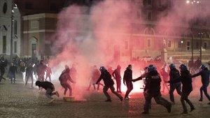 Enfrentamientos el domingo en la Piazza Del Popolo de Roma entre grupos del ultraderechistas y la policía.