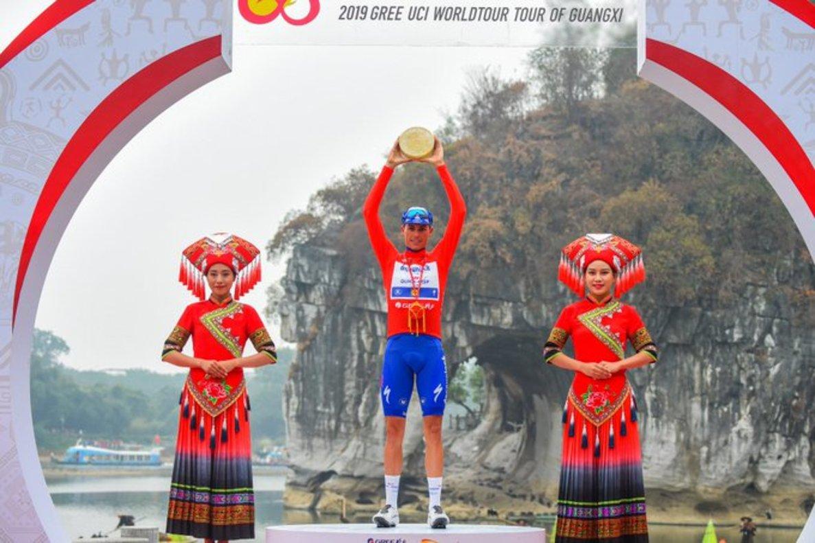 Enric Mas, en el podio de la ronda china.