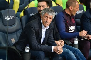 15/02/2020 15 February 2020, Spain, Barcelona: Barcelon's manager Quique Setien watches his players in action during the Spanish Primera Division soccer match between Barcelona and Getafe at the Camp Nou stadium. Photo: Espa Photo Agency/CSM via ZUMA Wire/dpa
