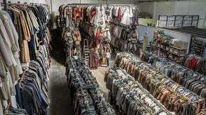 Nave del Poblenou donde está instalada Época: 800 metros cuadrados de laberintos con perchas.Llevan 23 años alquilando y confeccionando vestuario escénico.