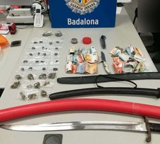 Las drogas, las armas y el dinero incautado por la Guardia Urbana en un bar de la calle Chile de Badalona.