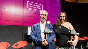 El escocés Craig Easton y la alicantina Cristina de Middel, ganadores de los FC Barcelona Photo Awards.