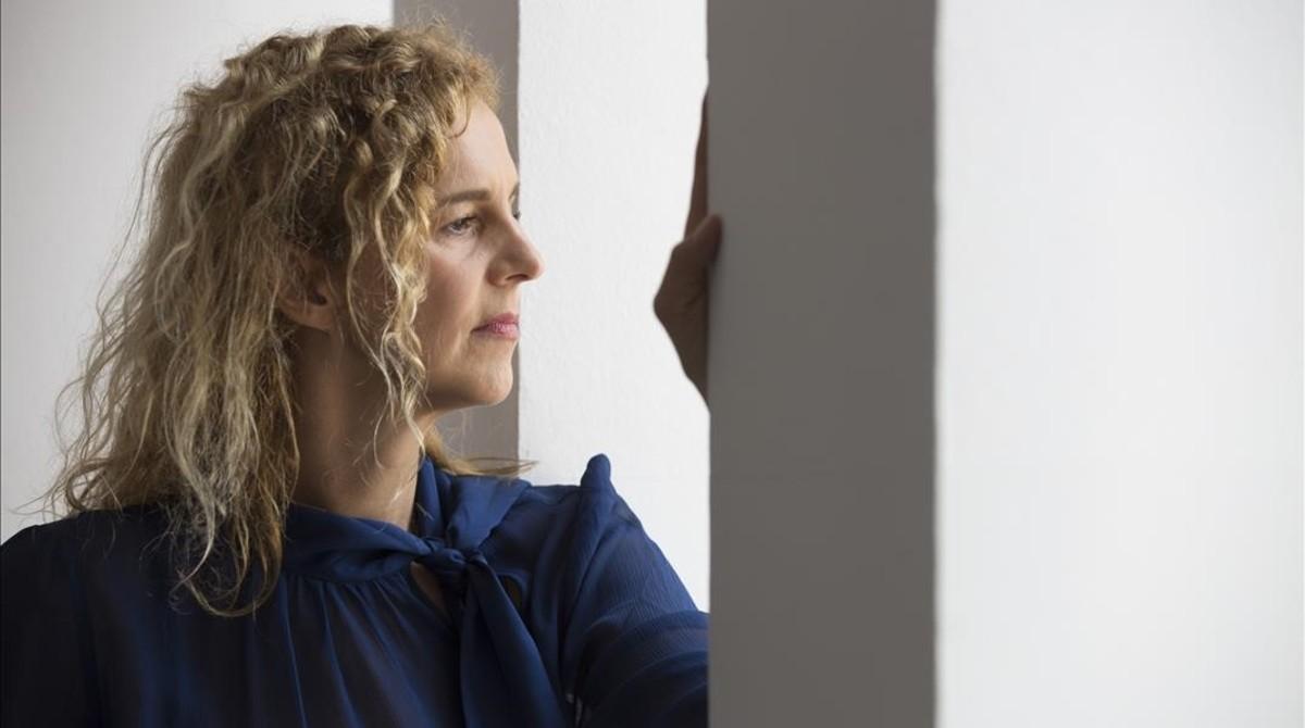 La escritora francesa Delphine de Vigan, en el Instituto Francés de Barcelona.