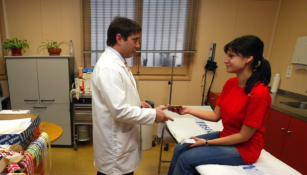 Examen médicoen un dispensario de una mutua.