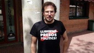 El exconcejal de la Crida por Sabadell Albert Boada con la camiseta de Llibertat presos polítics